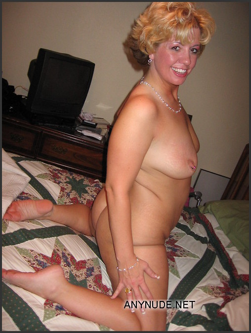 posing nude Housewife